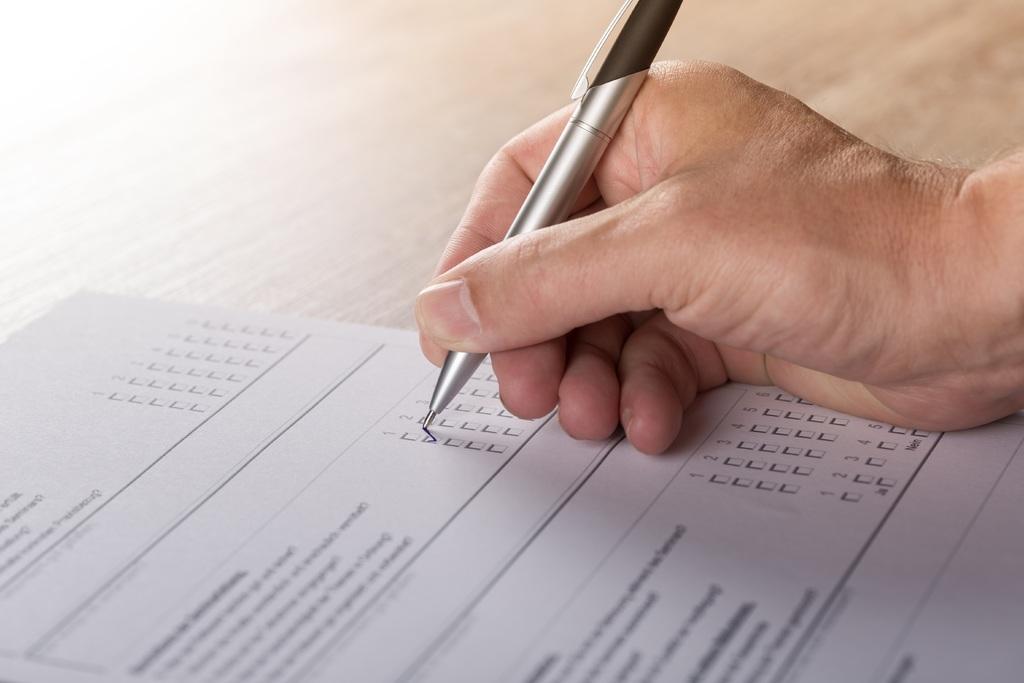 ruka s hlasovacím lístkem